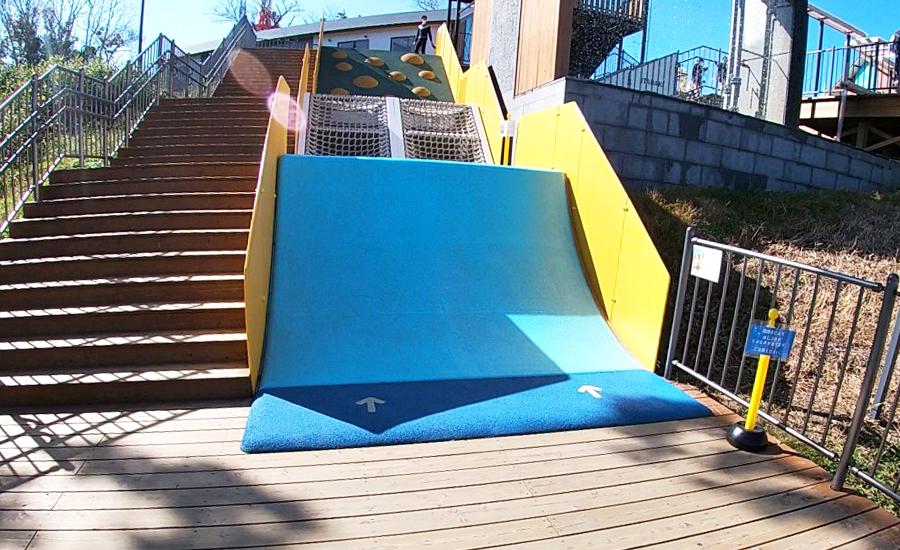 生駒山上遊園地ITADAKIのプレイフル・ヒル下から