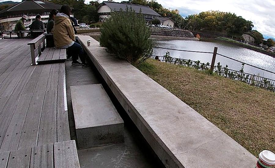 スターバックス奈良鴻池運動公園前店、屋外ベンチ