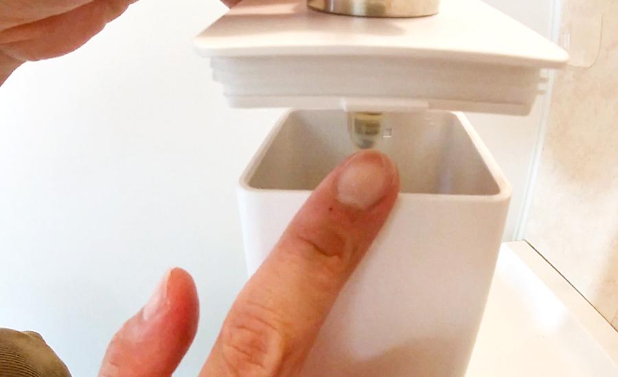 フタを閉める時は正面側の突起を差し込んでフタを閉めます