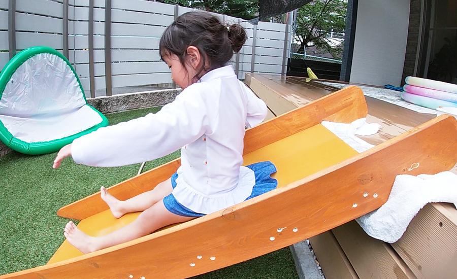 屋外用の防水塗料を塗っているのでプールの時もウォータースライダーのように遊べます