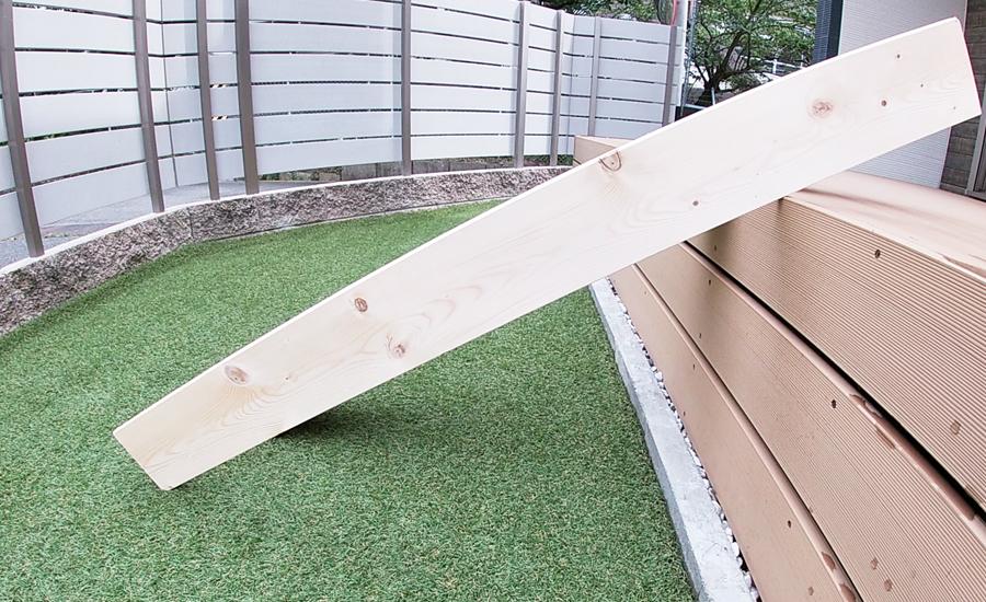 1×6材(ワンバイシックス)をウッドデッキに立てかけてみて角度と滑り台の長さを決定