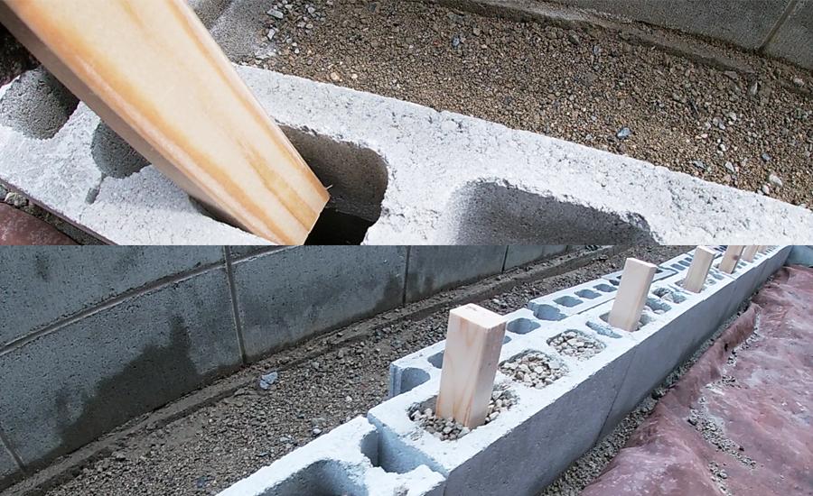 コンクリートブロックの穴に木材や砂利などを入れて下段と上段のブロックを補強しました